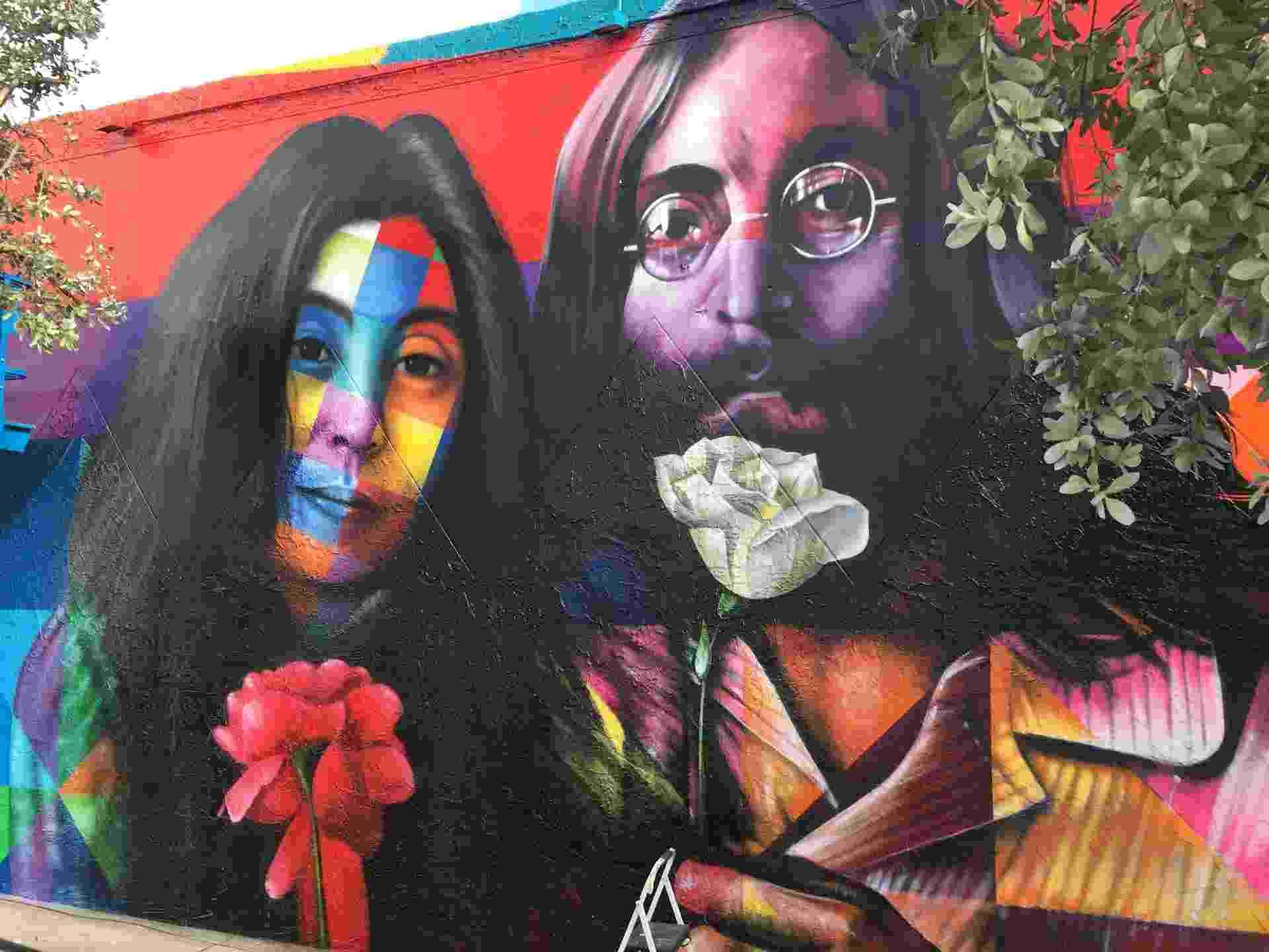 """7.dez.2015 - Kobra entregou um painel em homenagem a John Lennon um dia antes do aniversário de 35 anos da morte do ex-beatle. A obra, batizada """"Dê Uma Chance à Paz"""" está exposta em um muro de Wynwood, em Miami (EUA) - Divulgação"""