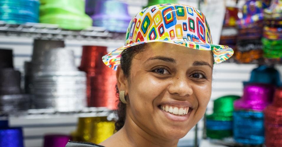 O chapéu colorido é de plástico e custa até R$ 4 na loja Império das Festas (Ladeira Porto Geral, 55 ? Centro/ SP)