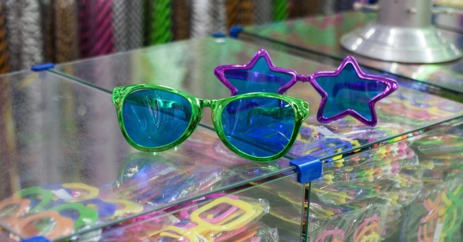 Óculos grande com lente colorida custa R$ 7 na loja Império das Festas (Ladeira Porto Geral, 55 ? Centro/ SP)