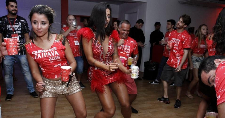8.fev.2016 - Enquanto dança, Aline Riscado é fotograda no celular dos homens que estão em camarote