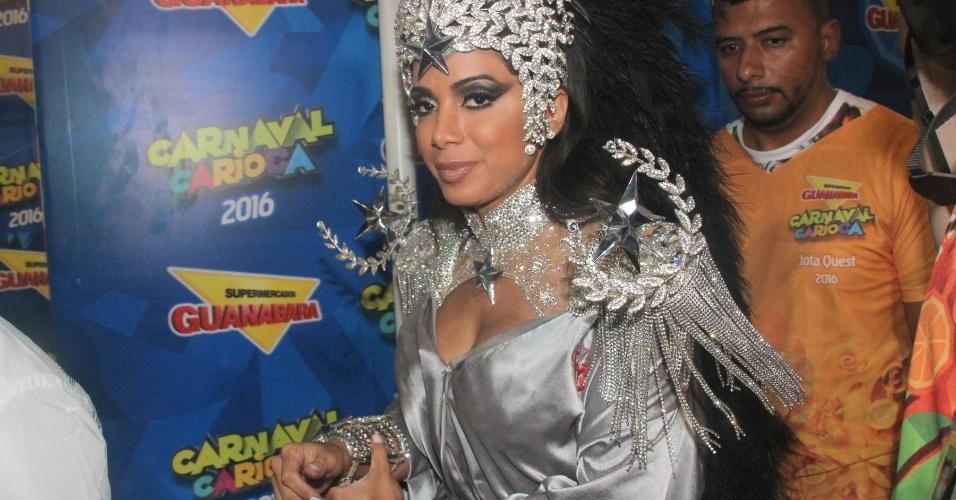8.fev.2016 - Anitta chega fantasiada para desfilar pela Mocidade no Rio