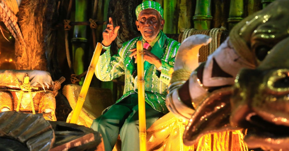 9.fev.2016 - Nelson Sargento foi como destaque em um trono no carro abre-alas da Mangueira que destacou Iansã, Oyá e Oxum, divindades do candomblé
