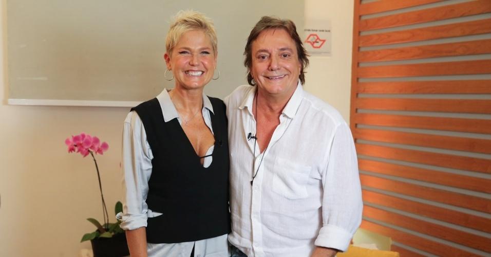 18.mar.2016 - Já sem o disfarce, Xuxa aproveita tietar Fábio Jr. no camarim, em São Paulo