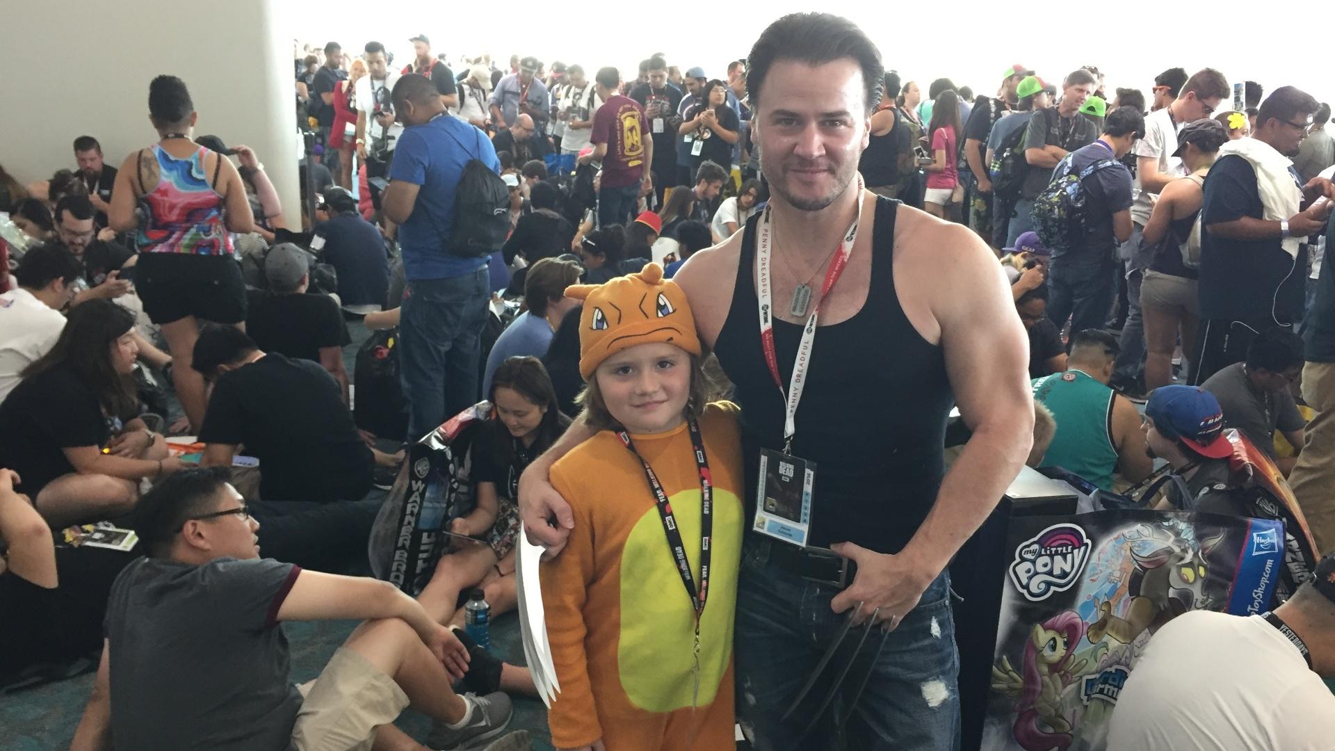 Vestido como Wolverine, James Edwards, 40, acompanhado do filho Kadence Edwards, 8, de Pokémon, participam da San Diego Comic-Con