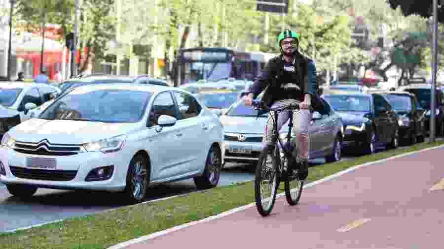 Ciclista pedala na ciclovia da avenida Faria Lima, em São Paulo - Ricardo Matsukawa/UOL