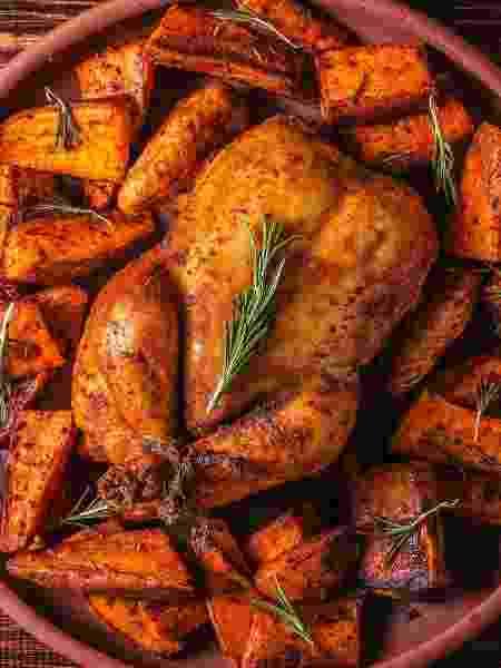 Frango e batata doce temperados com páprica e ervas - iStock
