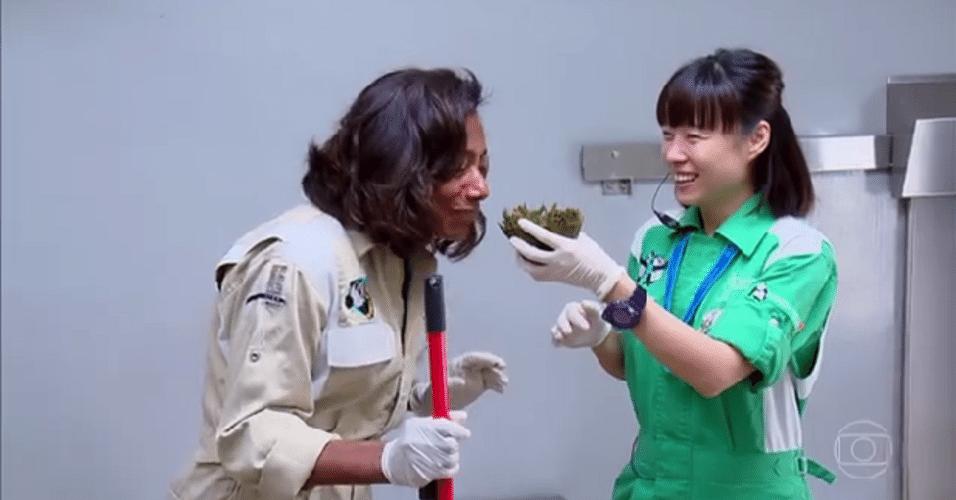 """Glória Maria cheira cocô de panda e diz. """"Tem cheirinho de chá verde"""""""