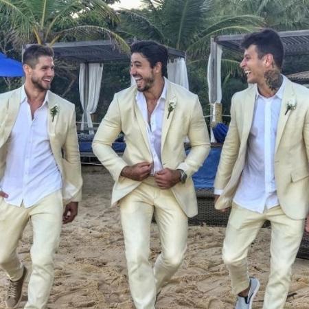 Padrinhos do casamento da musa fitness Gabriela Pugliesi e Erasmo Viana com roupas iguais - Reprodução/Instagram/@jonas.mbt