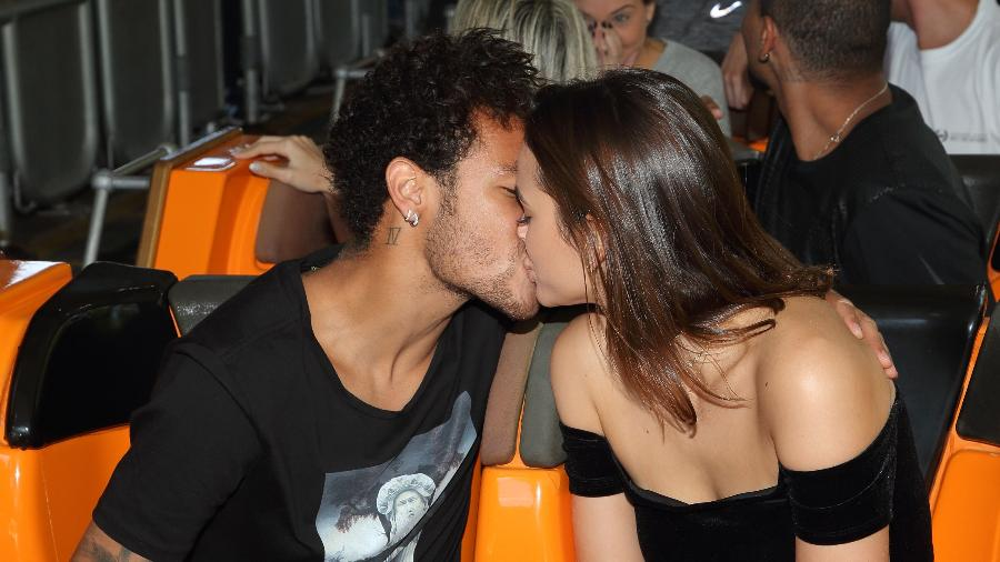 Neymar e Bruna Marquezine se beijam em montanha russa do Six Flags Magic Mountain, na Califórnia - Mathew Imaging/WireImage