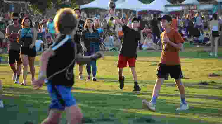 Garotos jogam futebol americano no gramado do Zilker Park dentro do festival Austin City Limits - Felipe Branco Cruz/UOL - Felipe Branco Cruz/UOL
