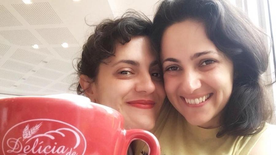 Tatit Brandão e Laura M Baruffaldi durante o café da manhã na padaria onde elas sofreram ataque homofóbico - Reprodução/Facebook/TatitBrandão