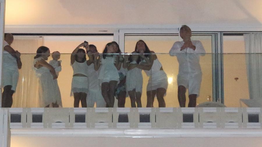 Natalie Portman assiste à queima de fogos de Copacabana com a família - AgNews