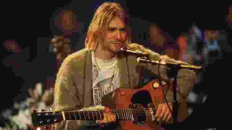 """Kurt Cobain e o seu violão Martin D-18E modelo 1959 durante o """"Unplugged MTV"""" - Reprodução"""