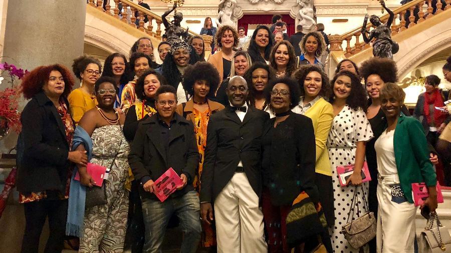 Ismael Ivo (diretor e coreógrafo do Municipal, Eliane Dias (centro) com uma parte do grupo de 50 mulheres; além de outros convidados - Amanda Serra/UOL