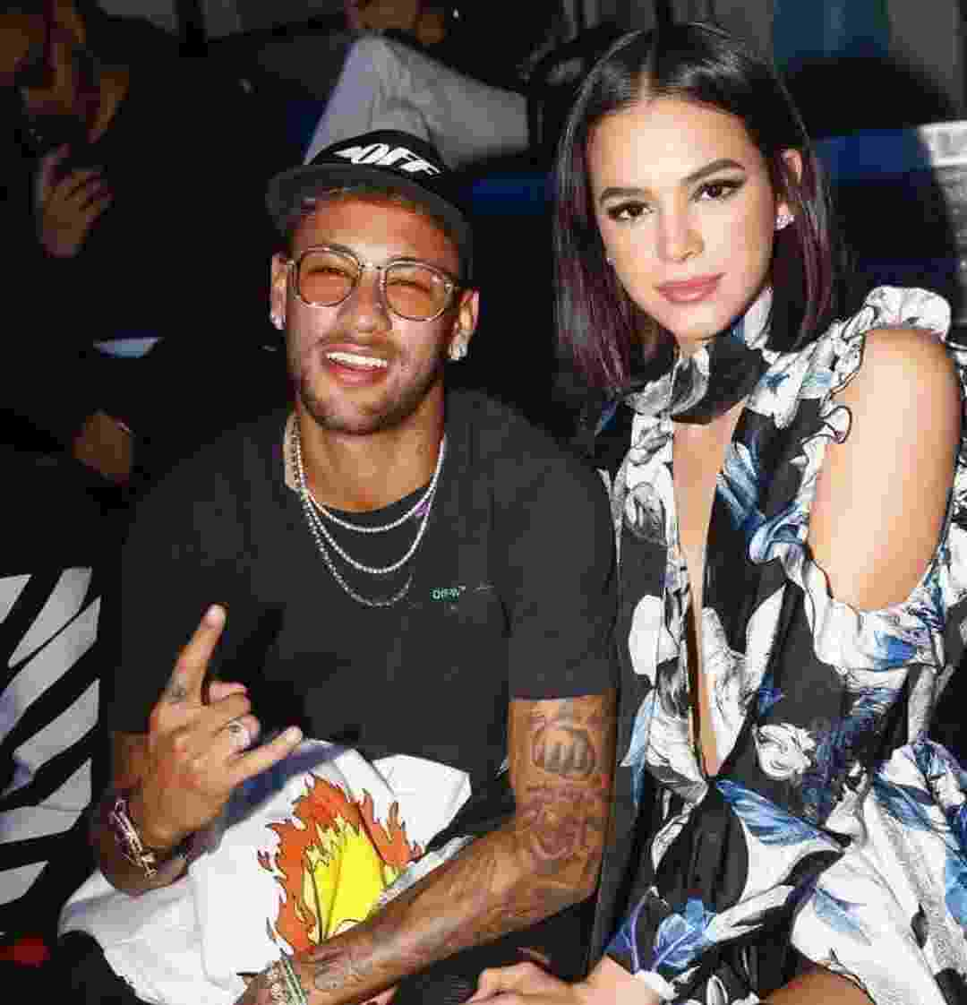 Neymar e Bruna em desfile na capital francesa - Reprodução/Instagram/@brumarquezine