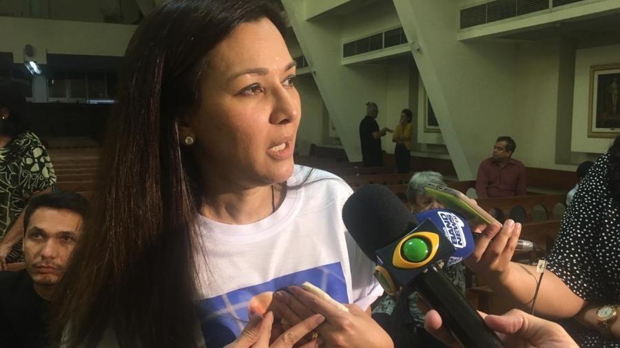 A viúva Veruska Seibel Boechat se emocionou na missa em memória do marido Ricardo Boechat no Rio - Marina Lang/UOL