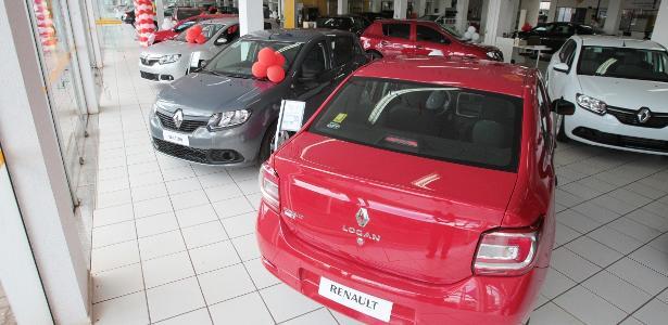 Dificuldade de abastecimento | Vendas de veículos têm pior fevereiro em 3 anos; falta de peça atrapalha produção