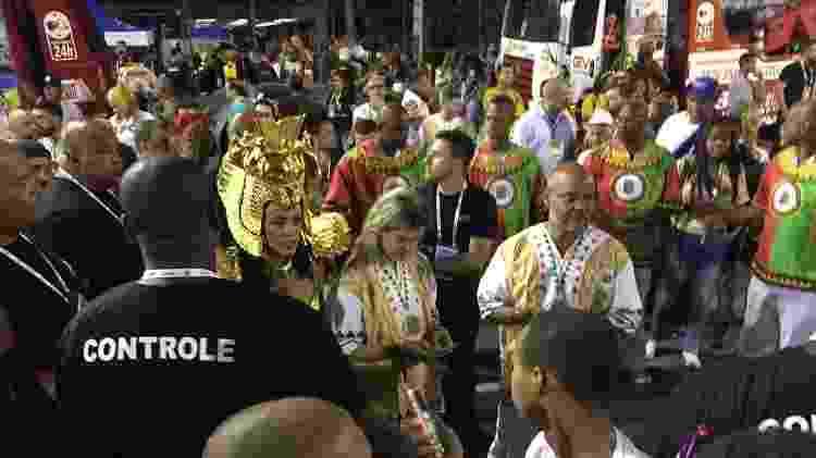 Paolla Oliveira chega para desfilar rodeada por 20 seguranças - Coluna do Leo Dias