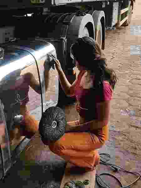 Andressa Souza faz polimentos de caminhões - Arquivo Pessoal