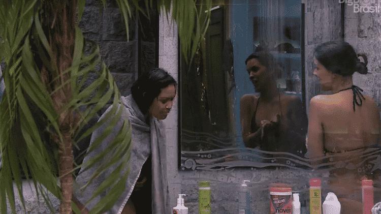 Flayslane tenta ficar pelada no banheiro da casa - Reprodução/Globoplay - Reprodução/Globoplay