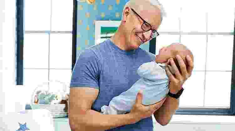 Anderson Cooper posa com o filho, Wyatt, em sua casa em Nova York (EUA) - Melanie Azevedo/Reprodução People - Melanie Azevedo/Reprodução People