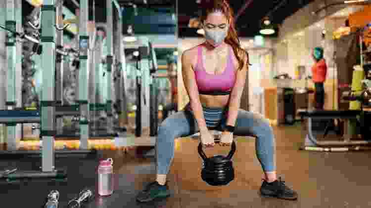 musculação com máscara, agachamento, treino, pandemia - iStock - iStock