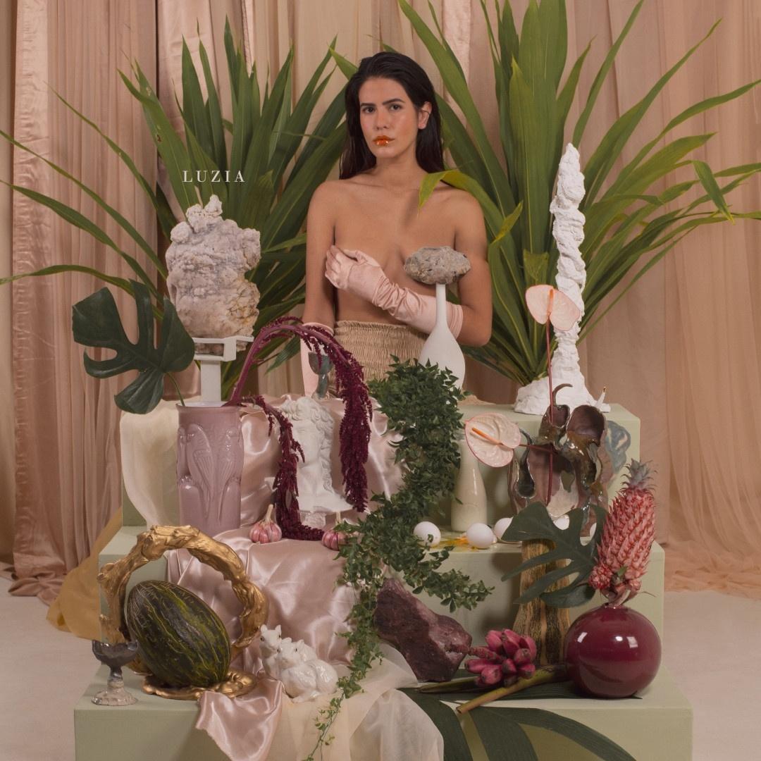 Antonia Morais posa topless em capa de novo disco - 10/09/2020 - UOL TV e  Famosos