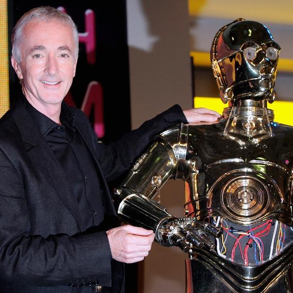 Anthony Daniels posa para foto ao lado do C3PO, seu personagem em Star Wars