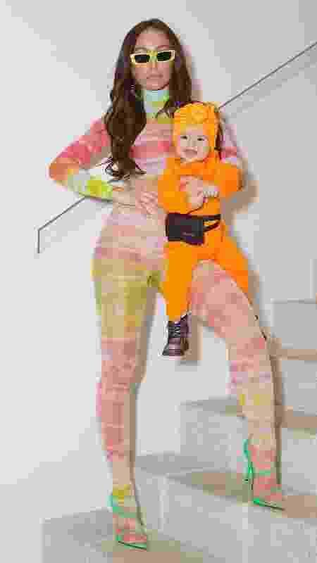 Zoe usando um visual todo laranja neon com pochete preta - Reprodução Instagram - Reprodução Instagram