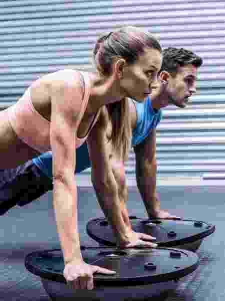 Segue treinando em casa e está difícil manter a motivação? Apostar na compra de um bosu pode ajudar a manter sua rotina de atividade física - iStock / Getty Images Plus