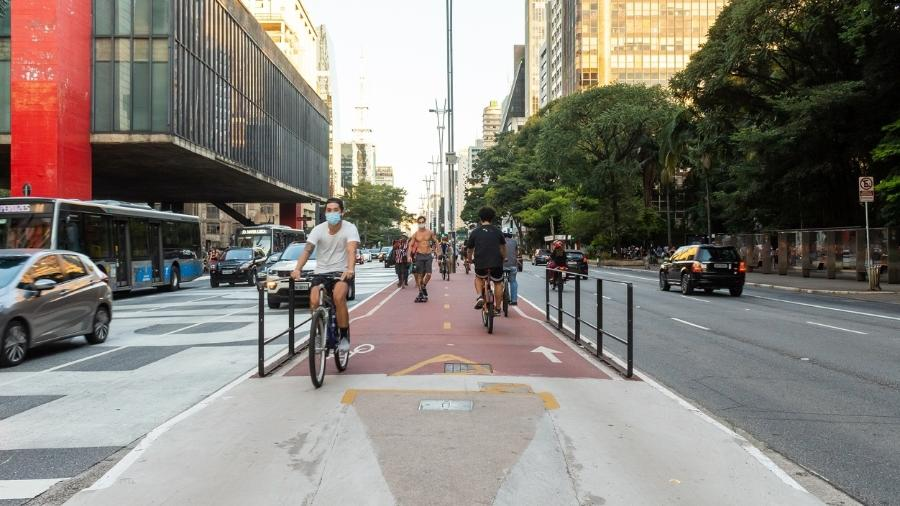 Pessoas fazem exercício na Avenida Paulista durante a pandemia - iStock