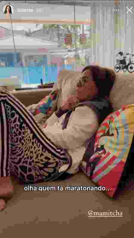 Juliette mostrou Mirian Rocha, mãe de Anitta, 'maratonando' série da ex-BBB no Globoplay - Reprodução/Instagram - Reprodução/Instagram