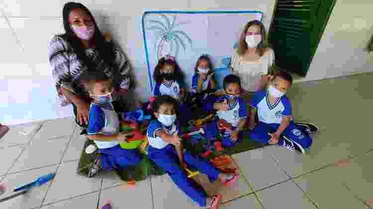 Diretora, vice-diretora e crianças comemoram brinquedos recebidos  - Carlos Madeiro/UOL - Carlos Madeiro/UOL