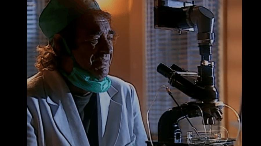 """Albieri chora após conseguir clonar Lucas em """"O Clone"""" - Reprodução/Memória Globo"""