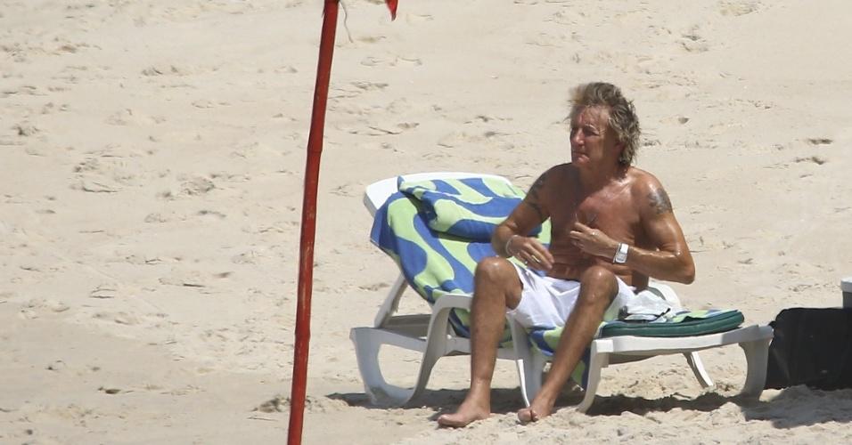 20.set.2015 - Rod Stewart curte praia da zona sul do Rio de Janeiro horas antes de se apresentar na terceira noite de Rock in Rio