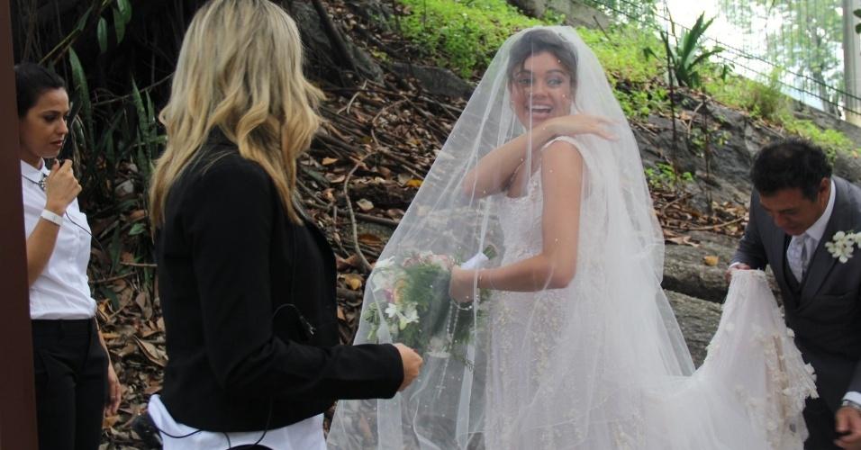 6.dez.2015 - A noiva Sophie Charlotte é ajudada a sair do carro e seu vestido é arrumado antes do casamento com Daniel de Oliveira