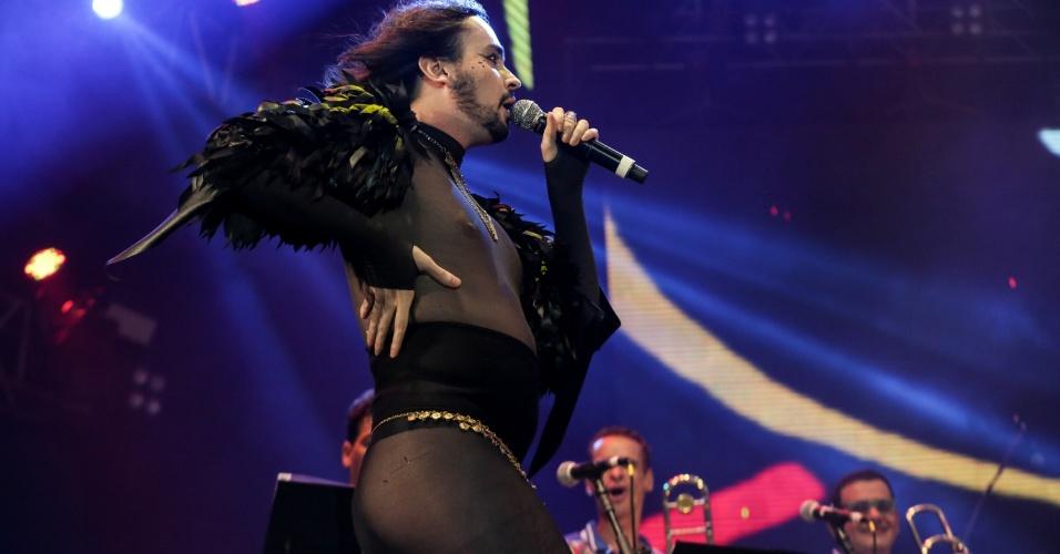 6.fev.2016 - Com roupa transparente, Johnny Hooker participa do show do Maestro Forró no Marco Zero