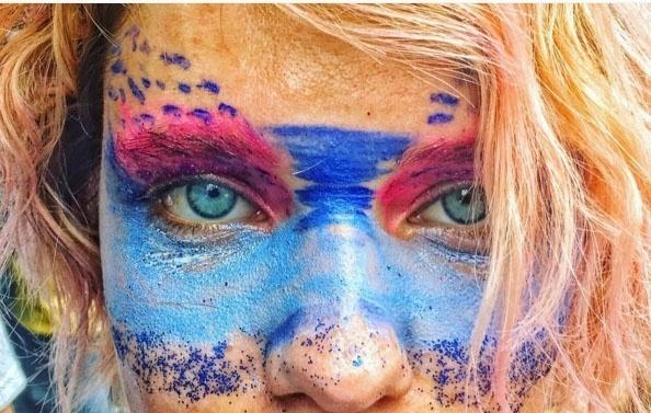 7.fev.2016 - Fotógrafo de moda André Nicolau publicou uma foto da atriz Bruna Linzmeyer no bloco Boi Tolo, no Rio de Janeiro
