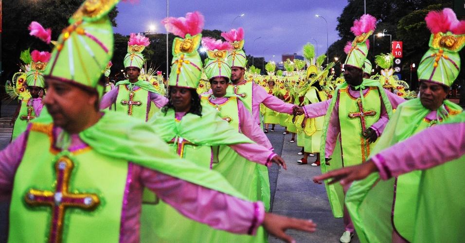 7.fev.2016 - Barroca Zona Sul, escola do Grupo de Acesso, se prepara para entrar no Anhembi. A escola foi a primeira do Grupo de Acesso a desfilar e traz como samba-enredo a história de Bakhita, considerada santa padroeira do Sudão