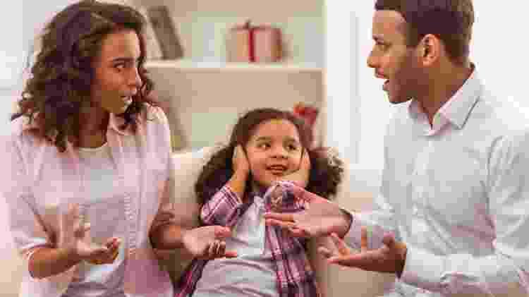 Pais brigando na frente da filha, pais discutindo na frente da criança, pais brigando, criança ouvindo briga, menina ouvindo discussão - Getty Images - Getty Images