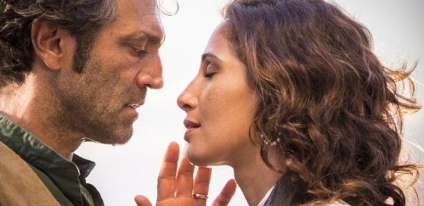 """Santo (Domingos Montagner) e Tereza (Camila Pitanga) se reencontram em """"Velho Chico"""" - Reprodução/""""Velho Chico""""/GShow"""