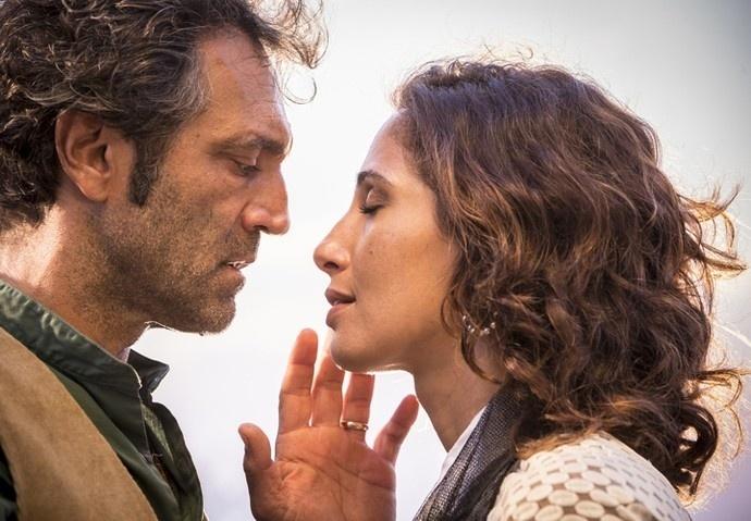 """Santo (Domingos Montagner) e Tereza (Camila Pitanga) se reencontram em """"Velho Chico"""""""