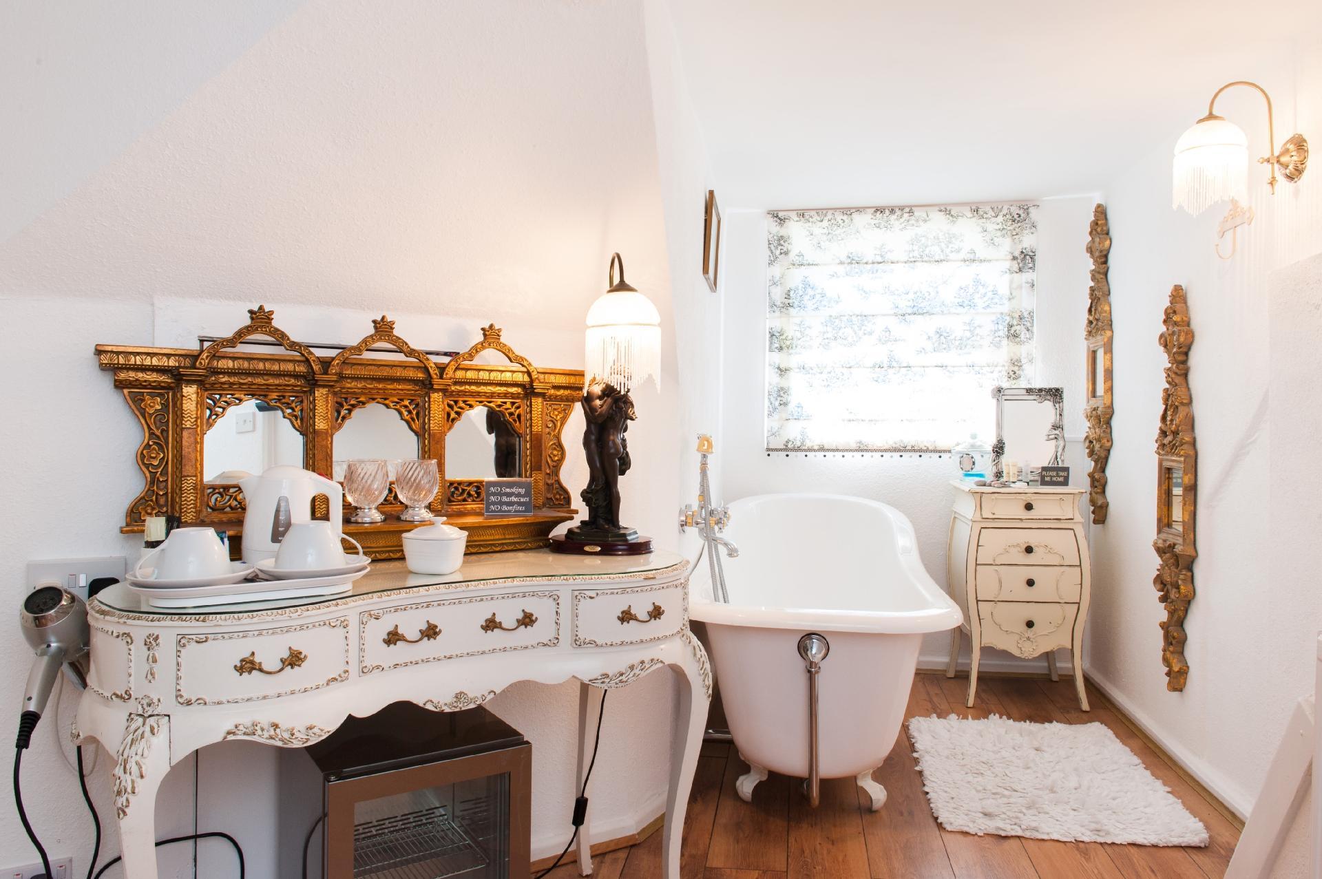Com inspiração na Era Eduardiana no Reino Unido (1901-1910), o banheiro desta casa conta com penteadeira, banheira, cômoda, tapete felpudo e louças brancas contrastando com detalhes em dourado, como os espelhos e os puxadores. Quem quiser se hospedar no espaço, localizado no Reino Unido, terá que desembolsar R$ 3.239 por dia