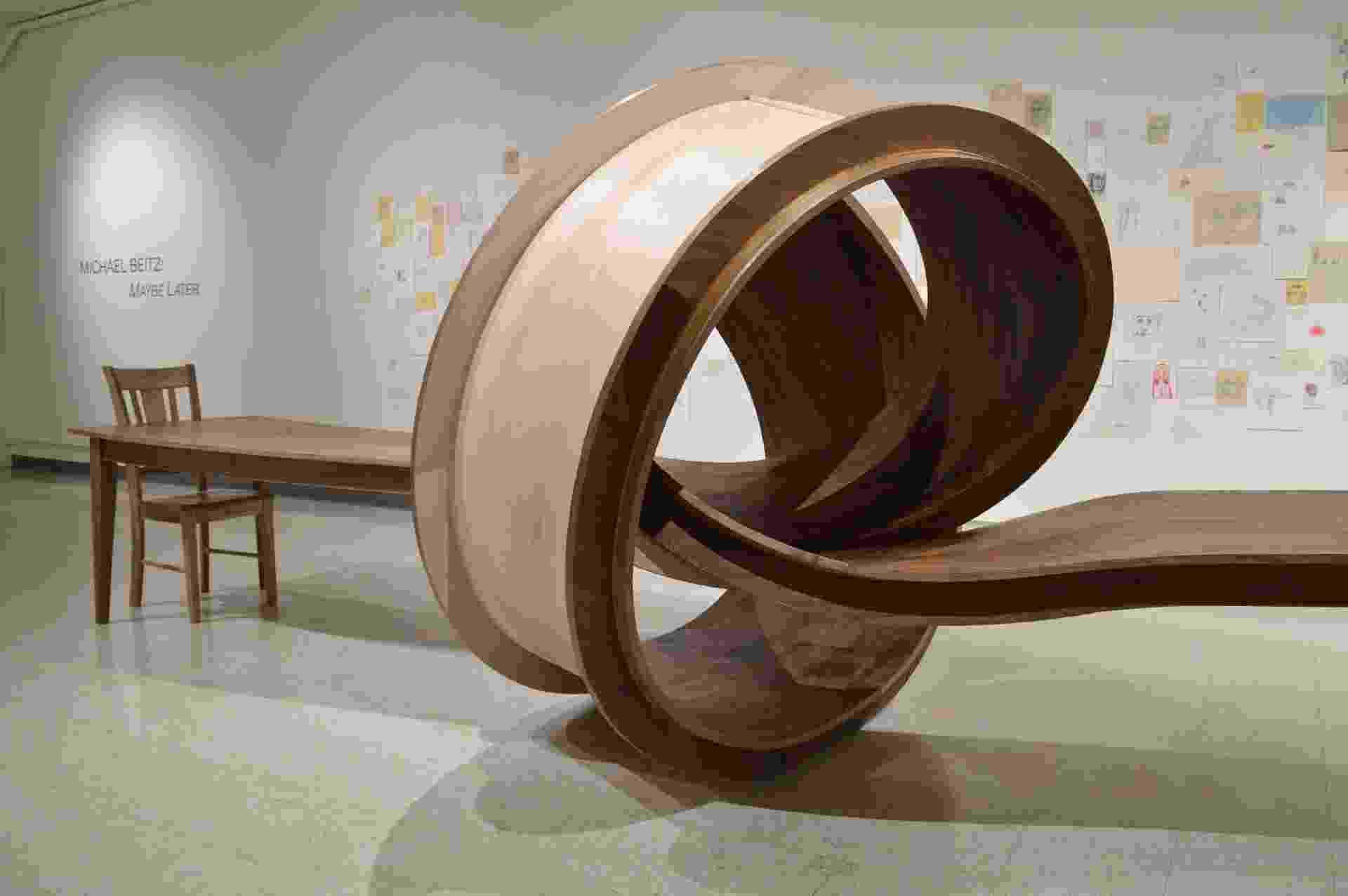 """O artista plástico e designer Michael Beitz cria esculturas a partir de suas observações sobre a vida. As referências para as obras são os movimentos, comportamentos e padrões humanos traduzidos em """"móveis surreais"""": """"Quando uma imagem não sai da minha cabeça, transformo-a em um objeto. A tradução das ideias em formas podem levar meses ou anos"""", afirma - Divulgação"""