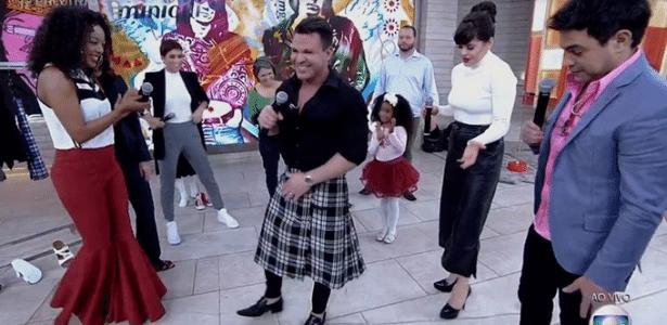 """Eduardo Costa veste saia escocesa durante o """"Encontro com Fátima Bernardes"""" - Reprodução/TV Globo"""