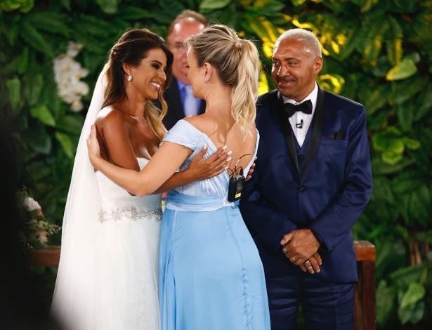 Nana Magalhães ganha dia da noiva e cumprimenta Eliana, que mostra em seu programa o casamento surpresa de Tiririca