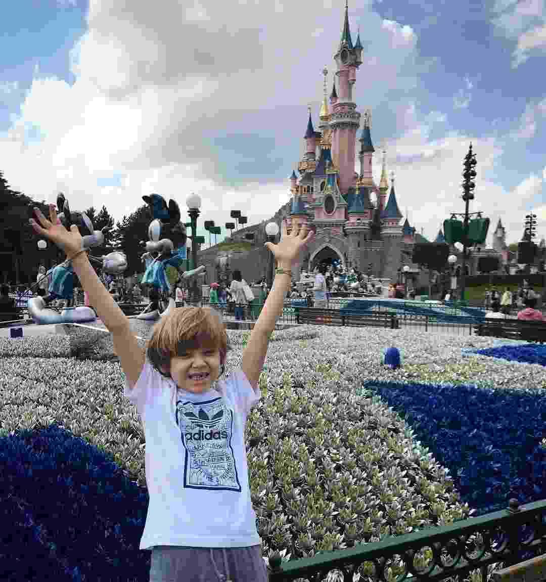 """Com a famosa """"janelinha"""" nos dentes, Vittorio, filho de Adriane Galisteu e Alexandre Iódice, está aproveitando para curtir as férias na França, na Disney de Paris para ser mais exata - Reprodução/InstagramVittoriogioficial"""