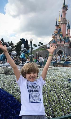 """Com a famosa """"janelinha"""" nos dentes, Vittorio, filho de Adriane Galisteu e Alexandre Iódice, está aproveitando para curtir as férias na França, na Disney de Paris para ser mais exata"""