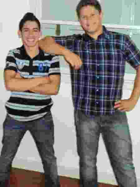 Cristian posa com amigo na adolescência. - Divulgação/LV Assessoria - Divulgação/LV Assessoria