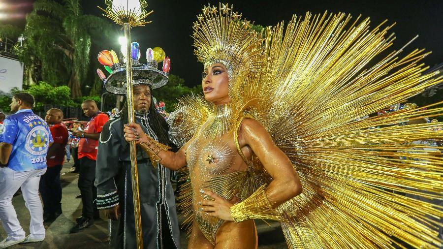 Sabrina Sato usa fantasia dourada supercavada para desfilar no Rio     - Marco Antônio Teixeira/UOL